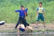 河原で石を投げて遊ぶ北朝鮮の子どもたち(本文とは関係ありません)