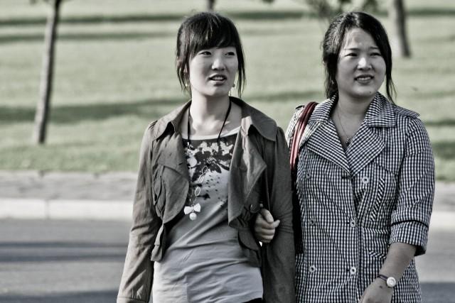 平壌市内を散策する女性(本文とは関係ありません) ©Matt Paish