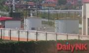 北朝鮮向けパイプライン基地内の原油貯蔵庫に見えるタンク