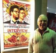 映画館にポスターを寄贈したジョンさん