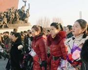 銅像に献花する住民