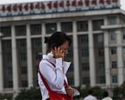 平壌で携帯電話を使う女性