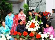 ▲金正日氏、金正日氏の銅像に捧げる花輪を作っている人々/写真=労働新聞
