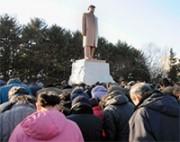 金日成の銅像に参拝する人々
