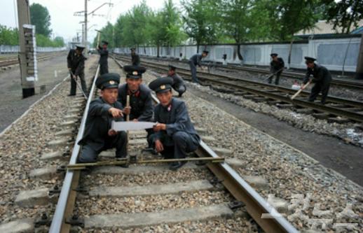 保守点検をする北朝鮮の鉄道員たち/労働新聞より
