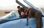 現地指導の際、空軍のMIG-29戦闘機の操縦席に乗り込んだ金正恩氏