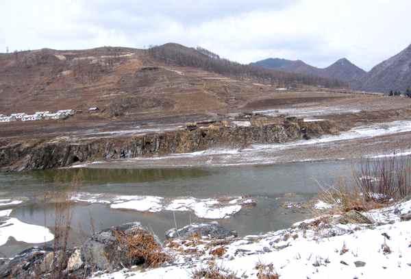 中朝国境から見た北朝鮮の山