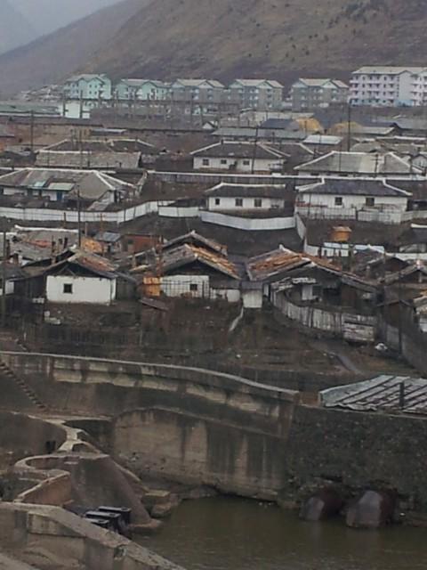対岸の中国長白県から見た恵山市