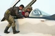 空軍現地指導で戦闘機に乗る金正恩氏