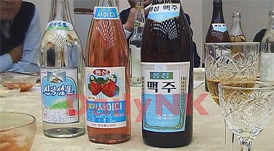 北朝鮮のビール(右)、イチゴサイダー(中)、ミネラルウォーター(左)