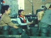 北朝鮮映画「心に残る人」の一シーン。練炭の配給を受け取る女子学生。