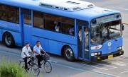 韓国製のバスで出勤する北朝鮮開城工業団地の労働者(本文とは関係ありません)