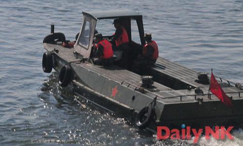 鴨緑江で渡河訓練を行う中国人民解放軍(画像:デイリーNK特別取材チーム)