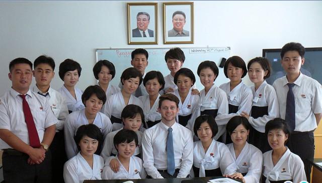 昨年平壌観光大学で教鞭をとったベン・グリフィン氏と学生たち