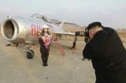 北朝鮮初の女性追撃飛行士を撮影する金正恩氏