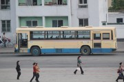 平安南道(ピョンアンナムド)平城(ピョンソン)市を走る元阪急バスの車両 @Raymond Cunningam