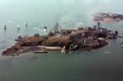 参考写真:朝鮮人民軍の軍事演習で攻撃目標となり砲火を浴びる島