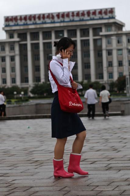 携帯電話を使う北朝鮮の女性。(本文とは関係ありません) ©Roman Harak