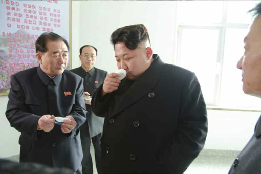 化粧品関連と思われる製品の匂いをかぐ金正恩氏