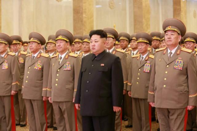 錦繍山太陽宮殿を参拝する金正恩氏と軍の幹部(画像:労働新聞)