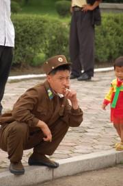 タバコを吸う軍人 ©Stephan
