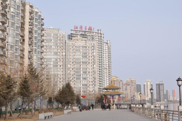 丹東の鴨緑江沿いに建つマンション群 ©Max-Leonhard von Schaper