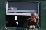 列車の窓から顔を出す軍人 ©Roman Harak