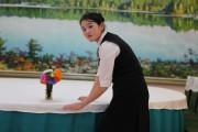 三池淵ペゲボンホテルのウェイトレス ©Roman Harak