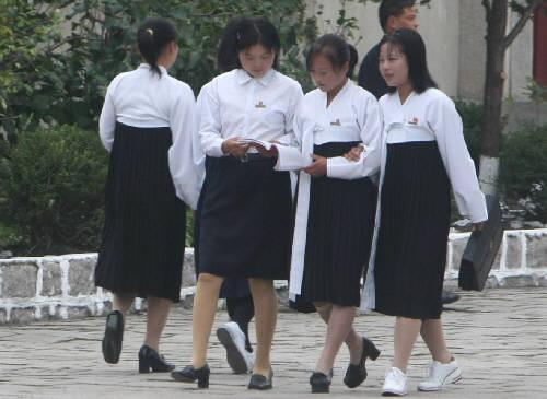 北朝鮮の女子学生。チマ・チョゴリ姿も見える。