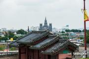 水原市内にそびえ立つ巨大教会。手前は世界遺産の水原華城。(本文とは関係ありません) ©Seongbin Im