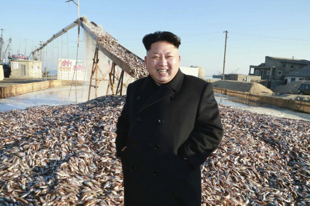 養魚場を現地指導した金正恩氏(2015年11月19日付労働新聞より)