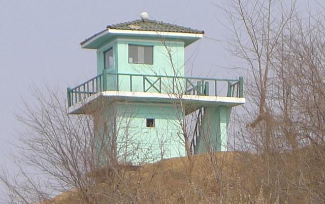 中朝国境の鴨緑江沿いの国境哨所