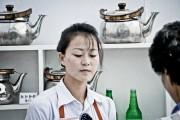 平壌のお茶屋の女性店員 ©Matt Paish