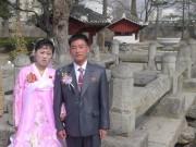 開城の善竹橋で記念撮影をする新婚夫婦