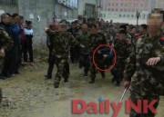 2015年3月に中国で起きた、脱走した朝鮮人民軍兵士による人質事件で、犯人の兵士が中国当局により連行されている。