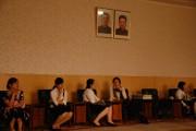 平壌大劇場の観客の女性たち ©Stephan