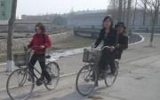 開城市内で自転車に乗る女性たち