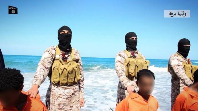 海岸に連行された12人のエチオピア人キリスト教徒。この後、イスラム国の兵士により斬首された。