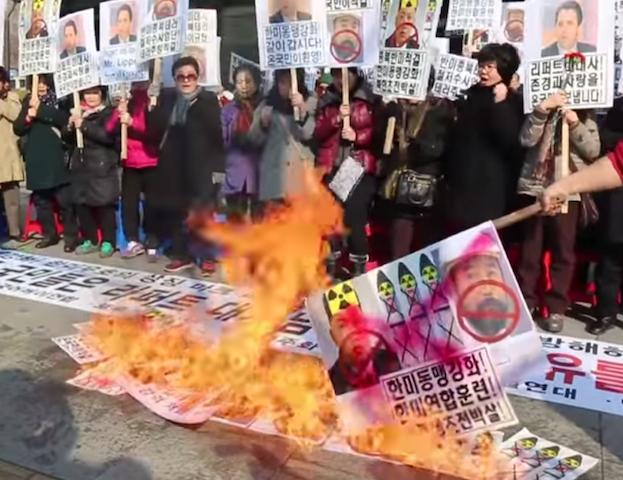 金正恩氏の写真を燃やすパフォーマンスをする韓国の保守団体