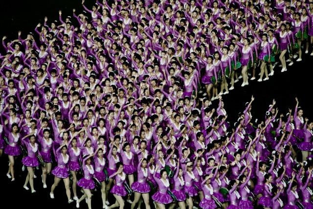 巨大マスゲーム「アリラン」に参加した平壌の女性たち ©Matt Paish