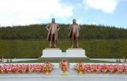 経済特区の羅先市に最近立てられた金日成氏、金正日氏の銅像