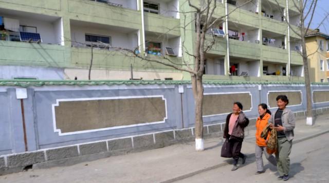 ソーラーパネルが設置された家が目立つ北朝鮮の地方都市