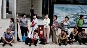 バス停で列をなす女性たち  ©Matt Paish