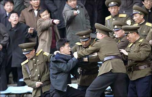 平壌のサッカースタジアムで保安員と揉める男性。周りの人々は指を指して保安員を非難している。(本文とは関係ありません)