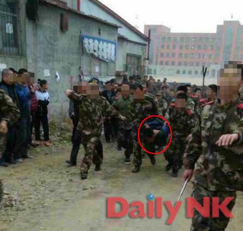 先月起きた人質事件で犯人の脱北兵士が連行されている。