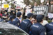 2014年12月、京都朝鮮学校襲撃事件「5周年」と称して行われたヘイトデモに抗議しているカウンター参加者 (撮影:島崎ろでぃ)