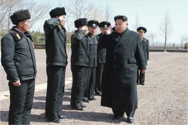 海軍164軍部隊を視察する金正恩氏