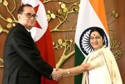北朝鮮の李洙墉外相とインドのスワラジ外相