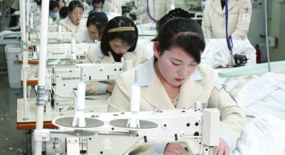 開城工業団地に進出した韓国企業の工場で働く北朝鮮労働者