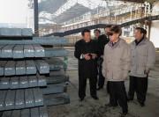 2010年2月に黄海製鉄所を訪れた故金正日氏